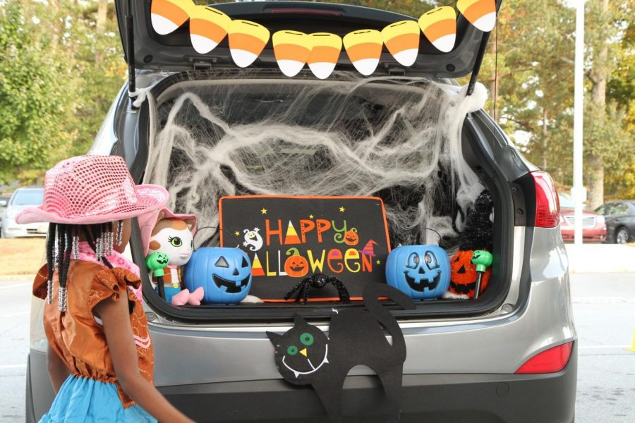 Elementary+school+children+attend+the+Trunk+or+Treat+event+at+Church+Street+Elementary+School+where+3d+MCDS+Soldiers%2C+members+of+the+Fire+Department+and+Riverdale+Police+Department+hand+out+candy.